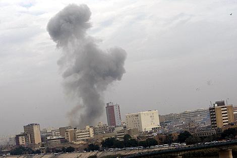 Una de las columnas humos que produjo uno de los ataques. | AFP