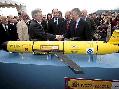 José Blanco (d) entrega el planeador a Jerry Miller, el representante de EEUU. | Efe