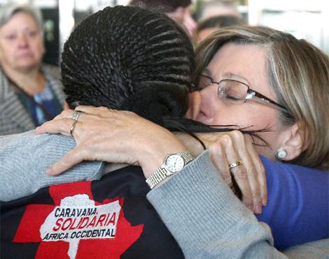 Una de las voluntarias se abraza con un familiar.| Efe
