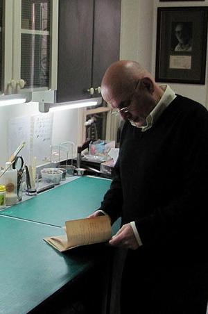 El restaurador de coranes.| Foto: M.GPrieto.