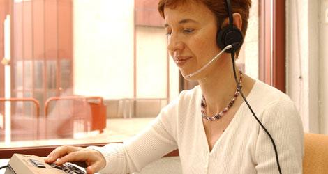 Una mujer con discapacidad visual trabaja como telefonista   ONCE