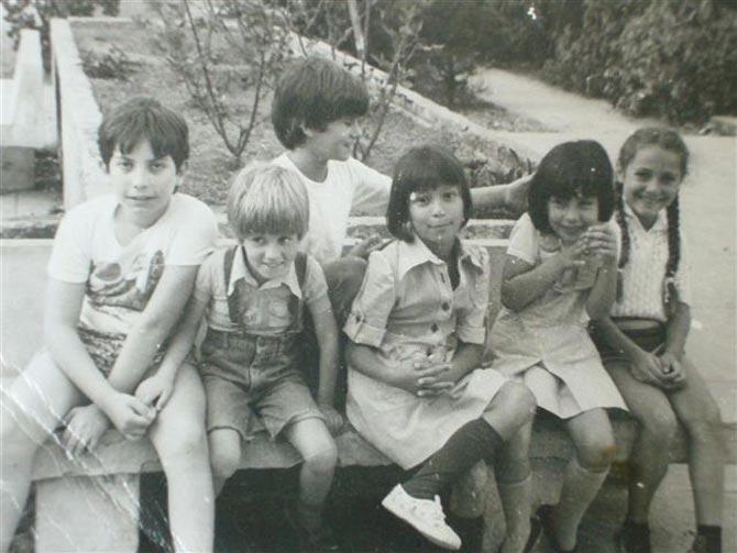 La autora del blog rodeada de otros niños en una foto de su infancia.