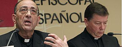 El obispo Juan Omella (dcha.) y el secretario general Martínez Camino. | Efe