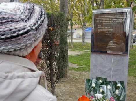 Monolito en recuerdo de las víctimas de la casa cuartel de Zaragoza. | Efe