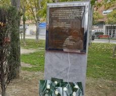Monolito en recuerdo de las víctimas. | Efe
