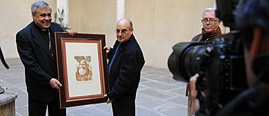 El arzobispo muestra a los periodistas una efigie de Fray Leopoldo. | J. G. H.