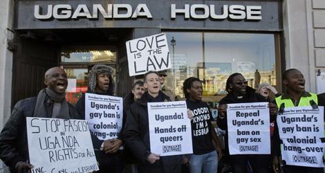Manifestantes en contra del proyecto ley ante la Casa de Uganda en Londres. | AP
