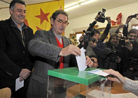 Puigcercós presencia la votación del alcalde de la localidad.| Efe