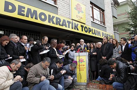 El presidente del partido kurdo DTP, Ahmet Türk, habla a la prensa. | Reuters