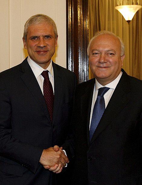 Miguel Ángel Moratinos (dcha), es recibido por el presidente serbio, Boris Tadic. | Efe