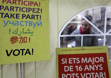 Cartel que llama a participar a los inmigrantes y los jóvenes.| Efe