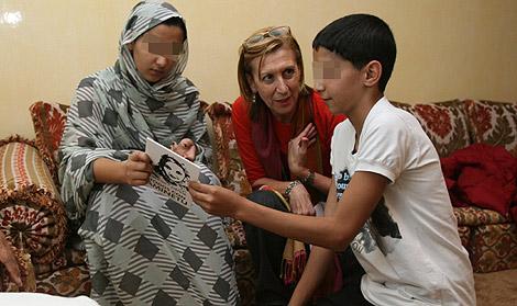 Díez con Hayat (izda.) y Mohamed, los hijos de Aminatu Haidar, en El Aaiún. | Alberto Cuéllar