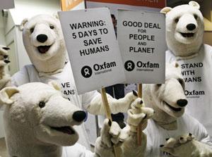 Activistas disfrazados de osos polares se manifiestan contra el cambio climático en la cumbre de Copenhague. | AP