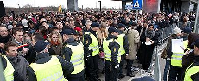 Largas colas a la entrada del Bella Center. | AFP