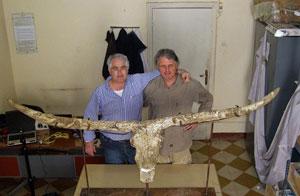 Bienvenido Martínez y un colega junto al fósil. |IPHES