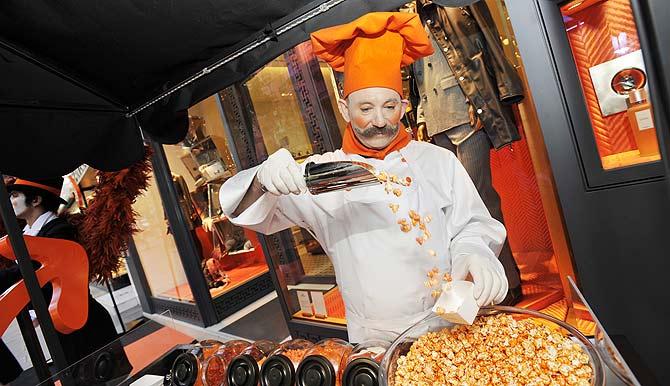 El pastelero de Hermès es el pastelero bonachón y es un actor del Circo del Sol.