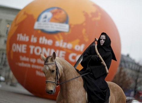 Un activista vestido de jinete del Apocalipsis.  Efe