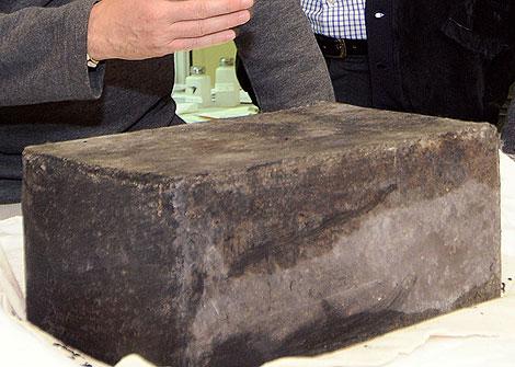 Imagen de la cápsula del tiempo que ha sido encontrada en los pies de una estatua de Cervantes, en Madrid.   Comunidad de Madrid