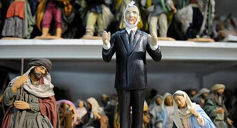 Un muñeco representando al malherido Berlusconi, en una tienda de Nápoles. | Afp