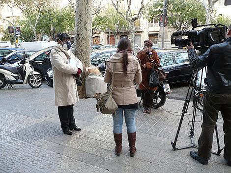 La afectada atiende a los medios tras la rueda de prensa. | E.M.
