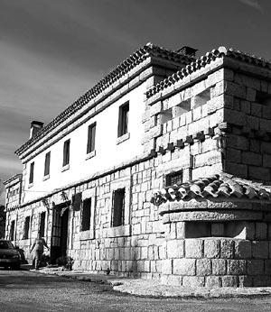 Fachada de la posada de Peguerinos.| M. Brágimo
