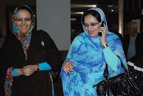 La hermana de Haidar (derecha) llegando al aeródromo de Lanzarote. | M. A. Presa