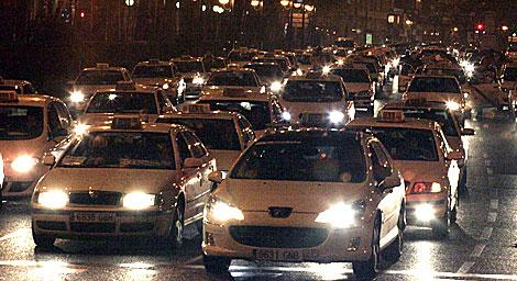 Taxistas colapsan la Castellana durante la madrugada del jueves. | Diego Sinova