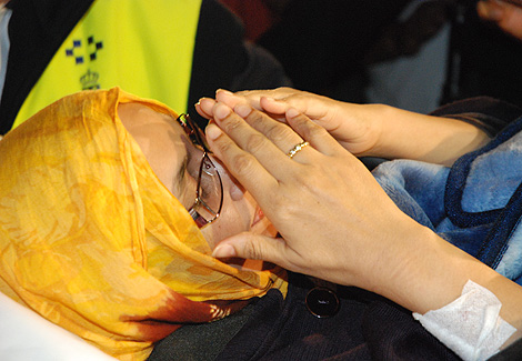 Aminatu Haidar, trasladada al avión que la llevó a El Aaiún. | M. A. Presa