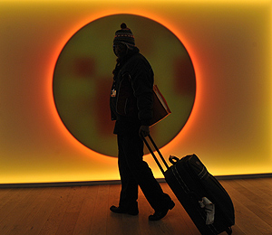 Un hombre abandona el pabellón Bella Center de Copenhague. | AFP