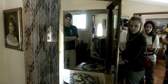 Varios participantes en la Ruta Quetzal, en la casa de Neruda. | Efe