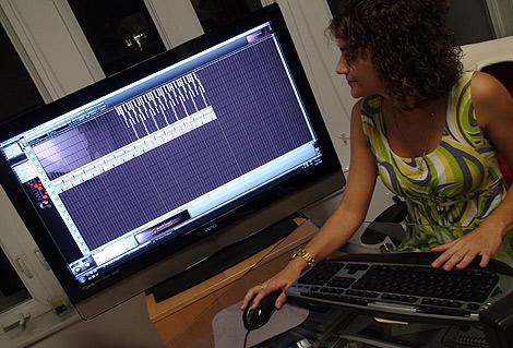Un mujer prueba 'The Music Producer'.