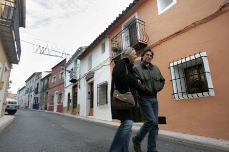 Una pareja de residentes extranjeros pasea por una calle de Llíber.   Brutopictures