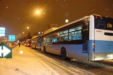 Autobuses bloqueados en la M-30. | Pedro Blasco