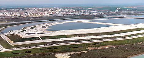 Vista aérea de las balsas de fosfoyesos en frente de la ciudad de Huelva. | Rodolfo Barón