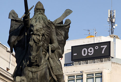 Un termómetro marca -9'7, en el centro de Burgos el domingo. | AFP