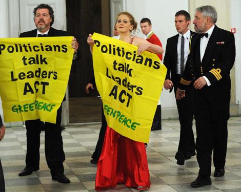 Juan López de Uralde, director de Greenpeace España, durante la protesta.| AFP