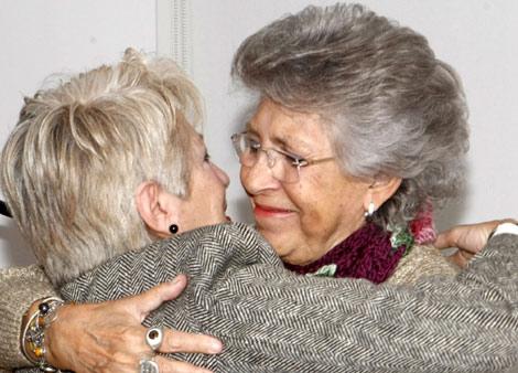 Pilar Bardem abraza a Yolanda Farr durante la presentación. | EFE