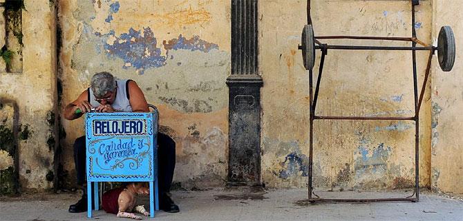 Un relojero en una calle de La Habana.