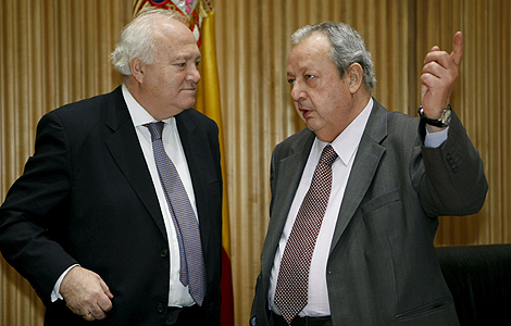 Miguel Ángel Moratinos (i) conversa con José Mª Benegas en el Congreso. | Efe