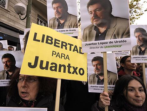 Un grupo de manifestantes reclama la puesta en libertad de López de Uralde.   AFP