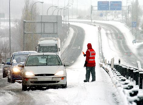 El temporal de nieve ha provocado retenciones en las carreteras de toda España.