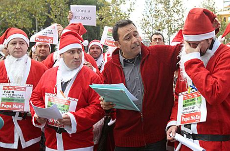 La lectura del manifiesto por parte de dos padres absueltos de acusaciones de sus ex mujeres. | Carlos Márquez