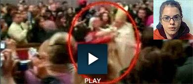 El momento de la agresión y la asaltante, de 25 años. | Reuters | Efe