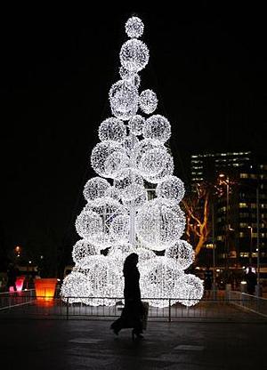 Árbol de navidad frente a un centro comercial de Estambul - Reuters Osman Orsal