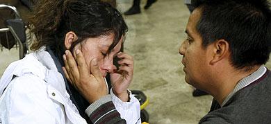 Una pareja que no tomó el último avión, desconsolada. | Efe