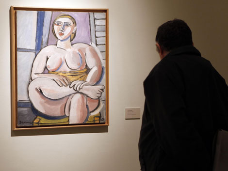 Un visitante contempla una de las obras expuestas en 'Desde la alambrada'. | Madero Cubero