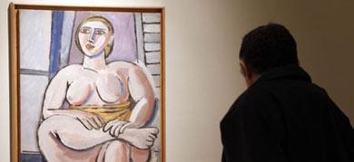 Un visitante contempla una de las obras. | Madero Cubero
