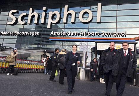 Empleados de seguridad en el aeropuerto Schiphol de Amsterdam.  Ap.