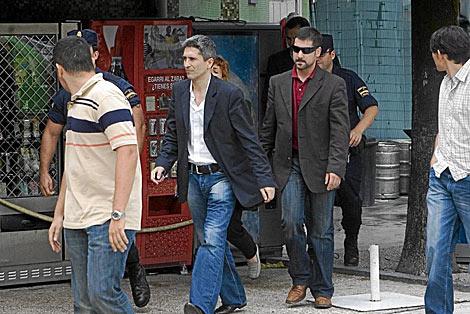 El juez Marlaska, en 2006, cuando inspecció el bar Faisán.   Carlos García