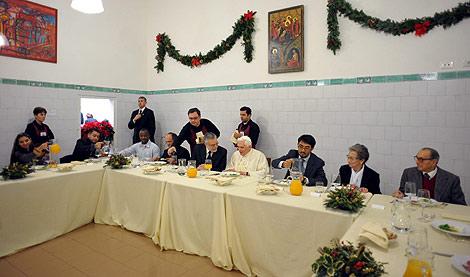 El Papa, durante la comida con desfavorecidos. | Efe